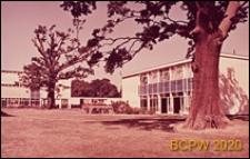 Szkoła II stopnia dla chłopców, pawilon dyrekcyjny w krajobrazie, Hatfield, Anglia, Wielka Brytania