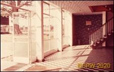 Szkoła II stopnia dla chłopców, wnętrze hallu pawilonu dyrekcyjnego, drzwi zewnętrzne wejściowe, Hatfield, Anglia, Wielka Brytania