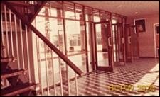 Szkoła II stopnia dla chłopców, wnętrze hallu pawilonu dyrekcyjnego, drzwi wewnętrzne, Hatfield, Anglia, Wielka Brytania