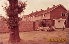 Zabudowa mieszkaniowa, domy jednopiętrowe otoczone murem, Hemel Hempstead, Anglia, Wielka Brytania