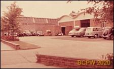 Zakłady przemysłowe, parking przed budynkiem, Hemel Hempstead, Anglia, Wielka Brytania