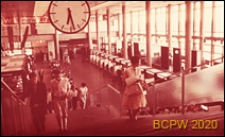 Wnętrze hali dworca lotniczego, schody prowadzące na pierwsze piętro hali, Gatwick Aiport, Anglia, Wielka Brytania