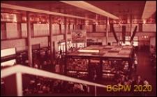 Wnętrze hali dworca lotniczego, widok na kiosk pośrodku hali, Gatwick Aiport, Anglia, Wielka Brytania