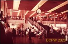 Wnętrze hali dworca lotniczego, widok z parteru na pierwsze piętro hali, Gatwick Aiport, Anglia, Wielka Brytania