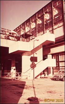 Fragment schodów na rampę dojazdową, Gatwick Aiport, Anglia, Wielka Brytania