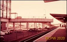 Widok rampy dojazdowej na stacji kolejowej, Gatwick Aiport, Anglia, Wielka Brytania