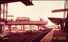 Rampa dojazdowa, widok od strony stacji kolejowej, Gatwick Aiport, Anglia, Wielka Brytania