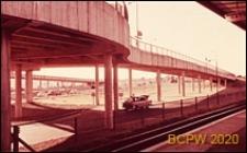 Widok rampy dojazdowej wzdłuż drogi kolejowej, Gatwick Aiport, Anglia, Wielka Brytania