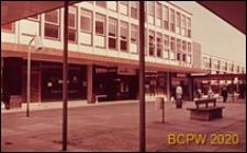 Centrum handlowe, widok z podcienia, Stevenage, Anglia, Wielka Brytania