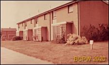 Domy mieszkalne jednopiętrowe w zabudowie szeregowej, widok naroża budynku, Stevenage, Anglia, Wielka Brytania