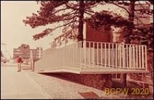 Bank, fragment budynku, podjazd dla osób niepełnosprawnych, Stevenage, Anglia, Wielka Brytania