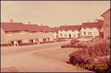 Nowa część miasta, domy mieszkalne w zabudowie szeregowej, widok od strony ulicy, Welwyn Garden City, Anglia, Wielka Brytania