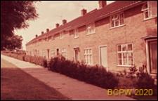 Nowa część miasta, domy szeregowe jednopiętrowe, chodnik przed budynkiem, Welwyn Garden City, Anglia, Wielka Brytania