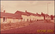 Nowa część miasta, domy mieszkalne wzdłuż ulicy, Welwyn Garden City, Anglia, Wielka Brytania