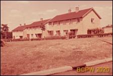 Nowa część miasta, domy jednopiętrowe w zabudowie szeregowej, teren zielony przed domami, Welwyn Garden City, Anglia, Wielka Brytania