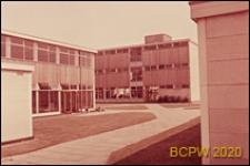 Szkoła, widok z boiska szkolnego, Welwyn Garden City, Anglia, Wielka Brytania