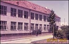 Szkoła na osiedlu mieszkaniowym, fragment elewacji budynku, Wiedeń, Austria