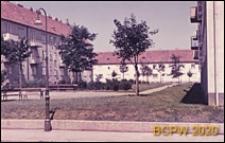 Osiedle mieszkaniowe, fragment zabudowy, wnętrze międzyblokowe, Wiedeń, Austria