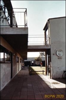 Osiedle mieszkaniowe Skoleparken, budynek mieszkalny dwukondygnacyjny galeriowy, fragment budynku, Kopenhaga, Dania