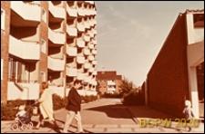 Osiedle mieszkaniowe Brondbyparken, wieżowce oraz ośrodek handlowy między wieżowcami, Kopenhaga, Dania