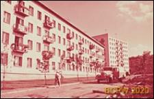 Osiedle Czeremuszki, elewacja czterokondygnacyjnego budynku mieszkalnego, widok od strony ulicy osiedlowej, Moskwa, Rosja