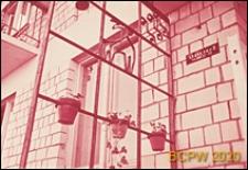 Osiedle Czeremuszki, fragment elewacji budynku mieszkalnego, okno z kratką ozdobną, Moskwa, Rosja