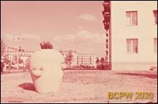 Osiedle Czeremuszki, fragment elewacji budynku mieszkalnego oraz duży kwietnik w kształcie ozdobnego wazonu umiejscowiony przy budynku, Moskwa, Rosja
