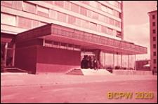 """Hotel """"Ûnost"""", fragment elewacji z wejściem, Moskwa, Rosja"""