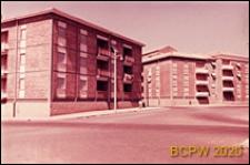 Osiedle mieszkaniowe INA-Casa, budynki mieszkalne trzykondygnacyjne, widok od strony ulicy osiedlowej, Rzym, Włochy