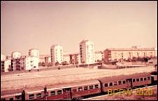Nowa zabudowa mieszkaniowa w południowej części miasta, widok panoramiczny od strony drogi kolejowej, Rzym, Włochy