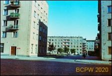 Śródmieście, osiedle mieszkaniowe, widok od strony wybrukowanej ulicy, budynki mieszkalne z częścią usługową na parterze, Gdynia