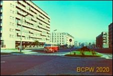 Śródmieście, budynki mieszkalne z parterem handlowo-usługowym przy ulicy z pasem zieleni miedzy jezdniami, Gdynia