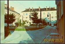 Śródmieście, podwórko osiedlowe z piaskownicą wśród trzykondygnacyjnej zabudowy mieszkaniowej, Gdynia