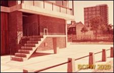 Blok LCC, fragment budynku mieszkalnego, parter, schody prowadzące do wejścia, Londyn, Wielka Brytania