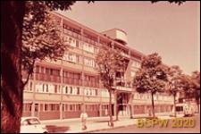Blok mieszkaniowy LCC, elewacja pięciopiętrowego budynku mieszkalnego, widok od strony ulicy, Londyn, Wielka Brytania
