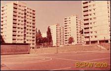 Osiedle Roehampton Lane, punktowce, widok od strony boiska sportowego, Londyn, Wielka Brytania