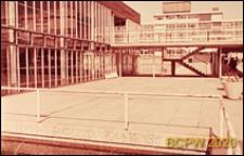 Szkoła żeńska w południowej części miasta, szklana elewacja jednego z budynków szkolnych, Londyn, Wielka Brytania