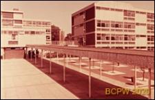Szkoła żeńska w południowej części miasta, zadaszone przejście na terenie szkoły, Londyn, Wielka Brytania