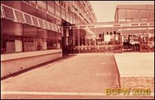 Szkoła średnia zawodowa, dziedziniec szkolny i fragment elewacji budynku szkolnego, Londyn, Wielka Brytania