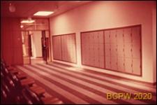 Szkoła drugiego stopnia Bayswater Secondary School, wnętrze, korytarz szkolny z szafkami, Londyn, Wielka Brytania