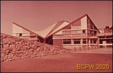 Szkoła drugiego stopnia Two Saints Secondary School, budynek szkolny z łamanym dachem, Londyn, Wielka Brytania