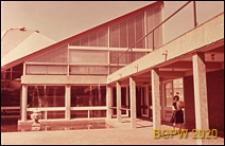 Szkoła drugiego stopnia Two Saints Secondary School, wejście do budynku z łamanym dachem od strony dziedzińca, Londyn, Wielka Brytania