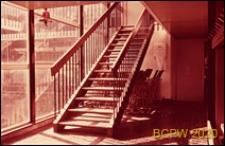 Szkoła pierwszego stopnia Bousfield Primary School, schody wewnętrzne, Londyn, Wielka Brytania