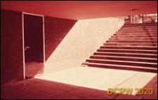 Szkoła pierwszego stopnia Bousfield Primary School, schody prowadzące do przejścia podziemnego, Londyn, Wielka Brytania