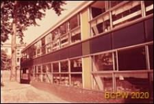 Szkoła pierwszego stopnia Bousfield Primary School, fragment elewacji budynku szkolnego, Londyn, Wielka Brytania