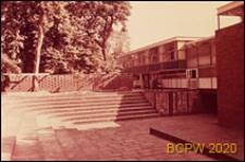 Szkoła pierwszego stopnia Bousfield Primary School, mały amfiteatr przed pawilonem klasowym, Londyn, Wielka Brytania