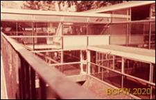 Szkoła pierwszego stopnia Bousfield Primary School, fragment budynku szkolnego ze szklaną elewacją, Londyn, Wielka Brytania