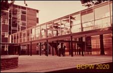 Szkoła III stopnia nauczania (for further education), szklany łącznik między budynkami szkoły, St Albans, Anglia, Wielka Brytania