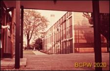 Szkoła III stopnia nauczania (for further education), widok naroża budynku szkolnego, St Albans, Anglia, Wielka Brytania