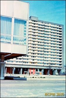 Śródmieście, widok na fasadę wieżowca oraz budynek biurowy, Katowice